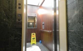 エレベーター 部屋の鍵がないと動きません!