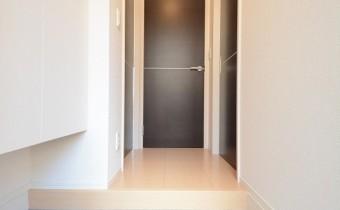 玄関は明るく便利なシューズボックス付き