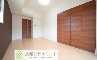 落ち着いたシックな洋室♪ ※室内写真は同マンション内・別タイプのお部屋になります。