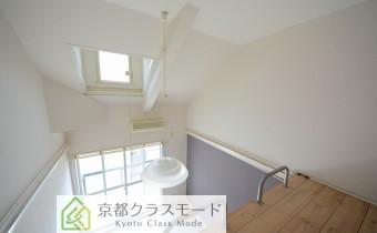高い天井に天窓で明るい室内