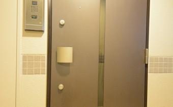 玄関ドア ※室内写真は同マンション内の301号室のものです。