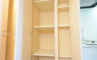 廊下収納 ※室内写真は同マンション内の301号室のものです。