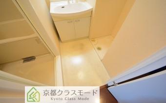 脱衣スペース ※室内写真は同マンション内の301号室のものです。
