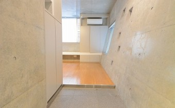 玄関 ※室内写真は同マンション内のC号室のものです。