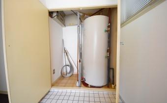 電気温水器置場&収納スペース