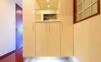 玄関 ※室内写真は同マンション内の606号室のものです。