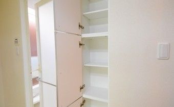 脱衣所の収納 ※室内写真は同マンション内の606号室のものです。
