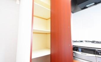 キッチン横の収納 ※室内写真は同マンション内の606号室のものです。