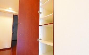 廊下の収納 ※室内写真は同マンション内の606号室のものです。