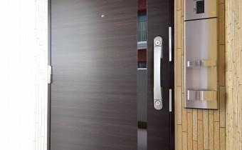 玄関ドア ※室内写真は同マンション内の別のお部屋のものです。参考にご覧ください。