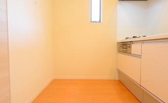 冷蔵庫置場 角部屋なのでキッチンにも小窓が♪