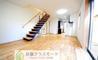 「無垢材」のフローリングや藍染を使用した階段などこだわりが凄い♪