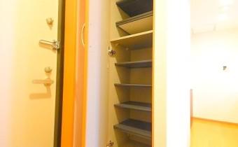 シューズボックス ※室内写真は同マンション内の1Kタイプのものです。
