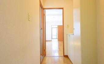 玄関 ※室内写真は同マンション内の301号室のものです。