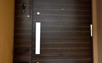 玄関ドア ※室内写真は113号室のものです。参考としてご覧ください。
