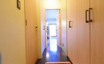 玄関 ※室内写真は同マンション内の101号室のものです。
