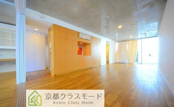 ガラス・コンクリート・フローリングの調和が絶妙な室内は一見の価値あり♪