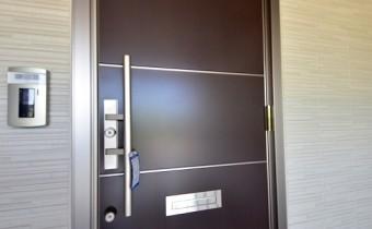 玄関ドア ※室内写真は同マンション内の203号室のものです。
