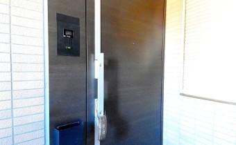 玄関ドア ※室内写真は同マンション内の別タイプのものです。