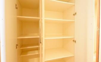 廊下の収納 ※室内写真は同マンション内の別タイプのものです。