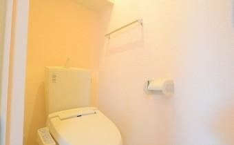 ウォシュレットトイレ *写真はA棟201号室の参考画像です。