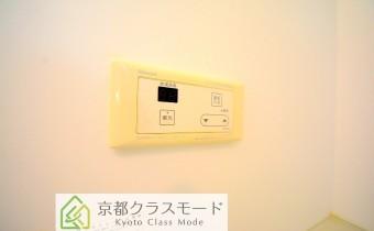 給湯機リモコン *写真はA棟201号室の参考画像です。
