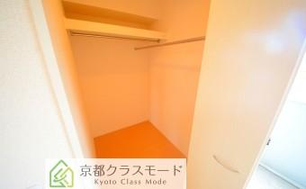 ウォークインクローゼット *写真はA棟201号室の参考画像です。