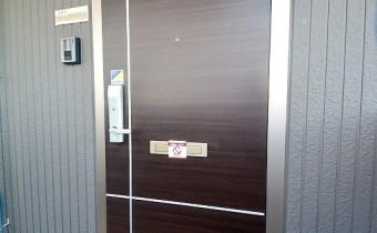玄関ドア *写真はA棟201号室の参考画像です。